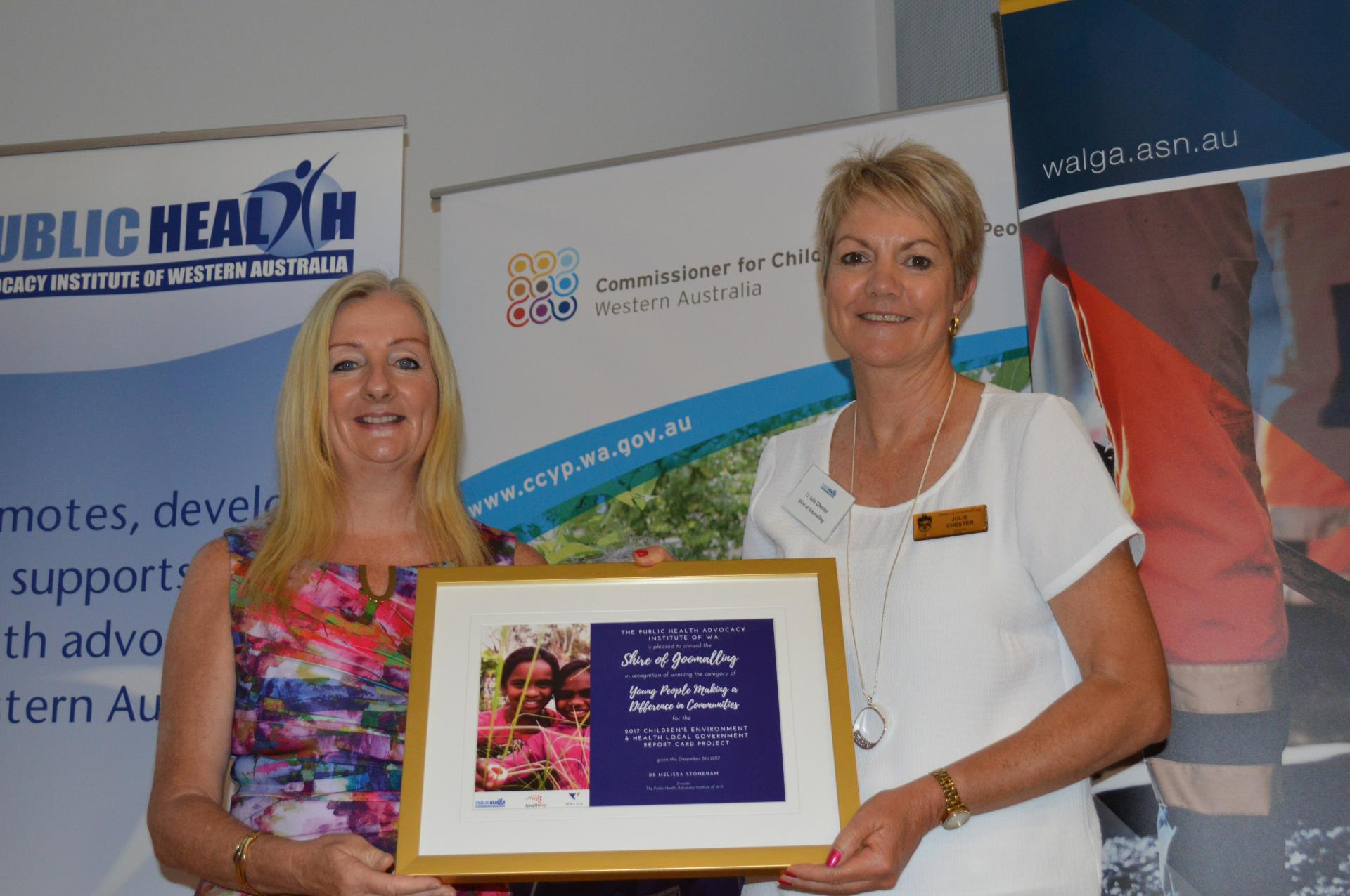 Mayor Tracey Roberts presenting award to Cr Julie Chester